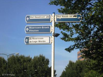 Op richtingborden wordt Maarssenbroek tegenwoordig als Maarssen-Broek gespeld, maar in de praktijk wordt doorgaans nog de eerste spelling aangehouden