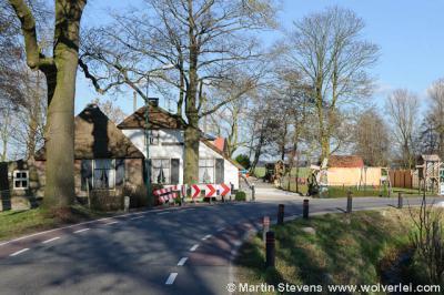Dat is nog eens een mooie entree; zo kom je buurtschap Achterwetering binnen bij Maartensdijk, vanuit buurtschap Achttienhoven bij Westbroek. Er ontbreekt echter nog één klein doch betrekkelijk cruciaal detail: een plaatsnaambordje...