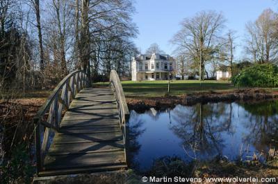 Het indrukwekkendste pand in buurtschap Achterwetering is Huize Persijn. Over de bijzonderheden van dit pand en landgoed kun je alles lezen in het hoofdstuk Bezienswaardigheden.