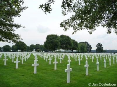 Margraten is internationaal bekend van de Amerikaanse oorlogsbegraafplaats met 8.301 graven. Zie verder bij Bezienswaardigheden.