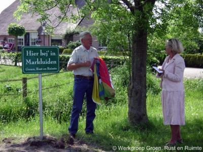 In 2009 heeft de Markluidense werkgroep 'Groen, Rust en Ruimte' een fraai plaatsnaambord in de buurtschap geplaatst. Recentelijk is het bord echter helaas niet meer aangetroffen.