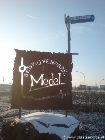 Medel (bedrijventerrein van Tiel, voorheen buurtschap), kunstzinnig 'plaatsnaambord'.