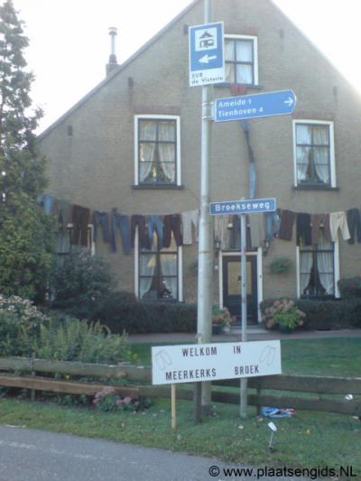 Het Meerkerkse deel van de buurtschap Broek wordt ter onderscheiding van het Ameidse deel ook wel Meerkerks Broek genoemd. Ook hier - helaas - tijdelijke 'plaatsnaamborden' tijdens de Meerkerkse Feestweek 2009. Zijn die borden er nog? (hint)