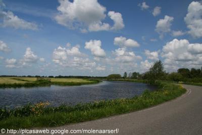Meije, de weg door het dorp O van de rivier de Meije volgt keurig de bochten van de rivier