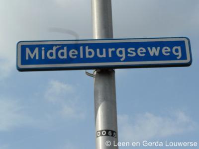 Middelburg heeft geen plaatsnaamborden, zodat je slechts aan de straatnaamborden Middelburgseweg kunt zien dat je in deze buurtschap bent aanbeland
