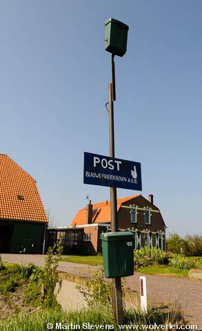 De bezorger van blauwe enveloppen bij Hoeve Jachtlust (Slufterweg 386, Midden-Eierland) moet een trapje meenemen...