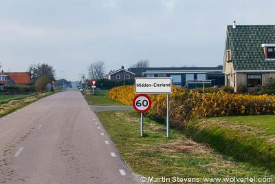 Midden-Eierland heeft witte plaatsnaamborden en ligt buiten de bebouwde kom (60 km-zone)