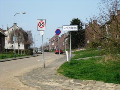 Kom je vanuit het Z de buurtschap Molsberg binnen, dan staan er witte borden, omdat je dan al binnen de bebouwde kom (van Simpelveld) zit