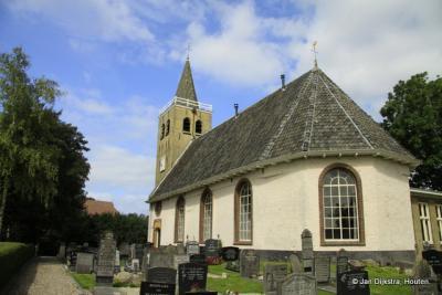De Nicolaaskerk uit ca. 1200 op een terp in Midlum