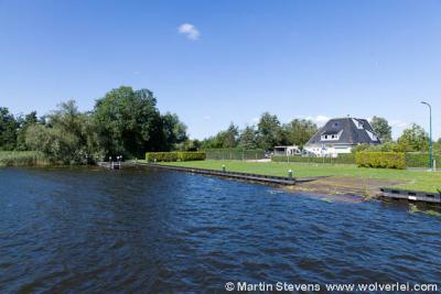 Buurtschap Muyeveld ligt op de smalle landstrook van de Nieuw-Loosdrechtsedijk, met aan weerszijden heel veel water, van resp. de Loosdrechtse Plassen in het N en de Breukeleveense Plas in het Z.