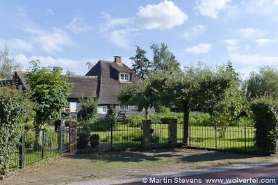 Buurtschap Muyeveld omvat een 40-tal panden, overwegend luxe, vrijstaande villa's aan het water van de Loosdrechtse Plassen in het N en de Breukeleveense Plas in het Z.