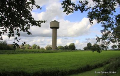Van heel ver te zien: de watertoren van Nes. In 2016 is het waterreservoir verbouwd tot twee luxe hotelkamers.