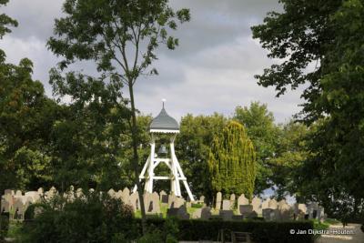 De klokkenstoel van Nes op het kerkhof