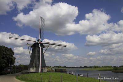 ... en we zien al gauw Molen Gebroeders Remmerde staan op de Maasdijk.