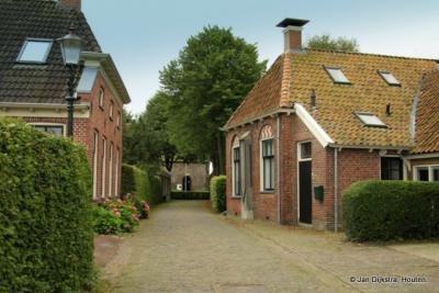 Niehove, het mooiste wierdedorp van Groningen, zeggen ze zelf. Sterker nog, in september 2019 is Niehove door een deskundige jury van Elsevier Weekblad verkozen tot 'Mooiste dorp van Nederland'!