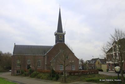Midden in het dorp Nieuw-Lekkerland bij de Hervormde kerk.