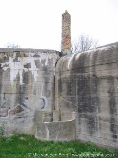 Nieuw-Abeele, een van de bunkers in deze buurtschap. De schoorsteen is een overblijfsel van de camouflage als woonhuis. De bunker had ooit een echt puntdak. (© Mia van den Berg/www.oorlogsmusea.nl)