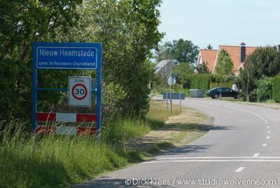 Nieuw-Haamstede heeft eigen officiële blauwe plaatsnaamborden (komborden), maar valt onder het dorp Haamstede en ligt voor de postadressen 'in' Burgh-Haamstede.