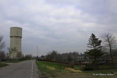 De watertoren voorbij en we verlaten weer Nieuw-Lekkerland.