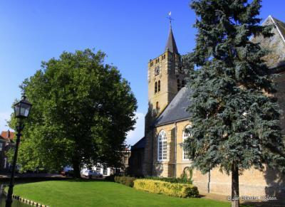 Middenin de kerkring aan de gracht staat de Hervormde kerk van Nieuwe-Tonge