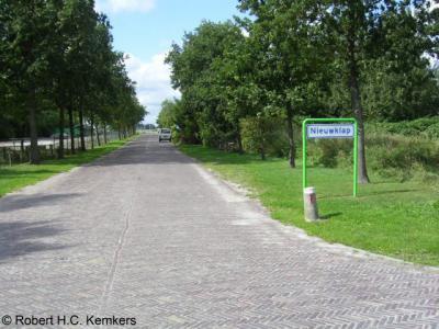 Nieuwklap (buurtschap van Aduard, deels van Groningen) heeft alleen plaatsnaamborden aan de Zuidhornse / Aduardse kant.