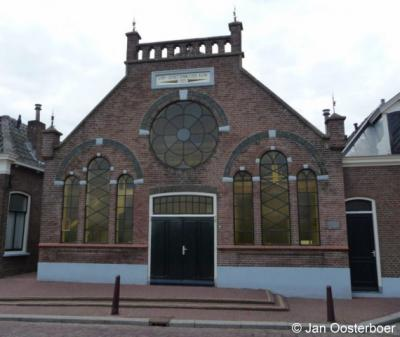 Nieuwpoort, de Christelijk Gereformeerde kerk uit 1921 is rijk geornamenteerd.