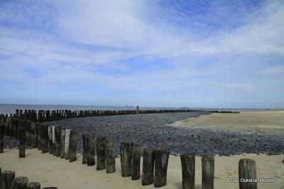 Strand bij Nieuwvliet-Bad met aan de overzijde van de Westerschelde het Sloe-gebied bij Vlissingen.