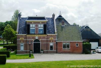 N van Nij Altoenae ligt het fraaie voormalige Strandhuis der Bildtpollen. Wat dat betekende kun je lezen onder het kopje Bezienswaardigheden.