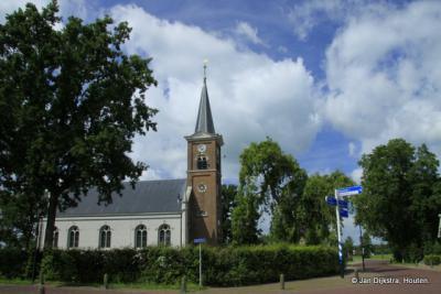 Het kerkje van Nijega staat er opvallend mooi te zijn