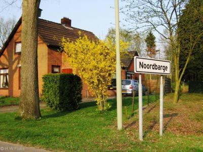Noordbarge heeft witte plaatsnaamborden, ten teken dat de gemeente Emmen het als wijk van Emmen beschouwt. De inwoners vinden Noordbarge echter nog steeds een 'dorp bij Emmen' en niet een 'wijk in Emmen'.