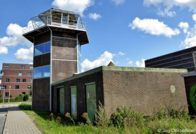 De voormalige verkeerstoren van het voormalige vliegveld Ypenburg ligt nog net op Nootdorps grondgebied. Op de achtergrond ziet u de Haagse Vinexwijk Ypenburg op grondgebied van het vroegere vliegveld.