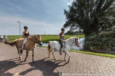 Je zult toch opgroeien in het nabij het Amsterdamse landelijke idyllische dorpje Zunderdorp gelegen nóg landelijker en idyllischer buurtschapje 't Nopeind, en er lekker kunnen paardrijden in de rust en ruimte van Landelijk Noord. Dat lijkt ons geen straf.