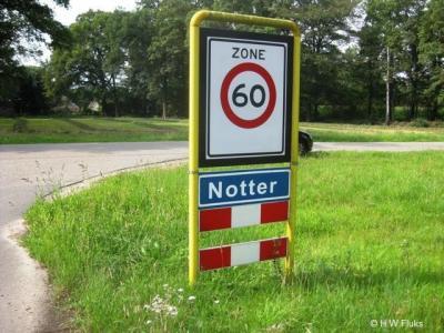 Notter, een blauw plaatsnaambord heeft de wettelijke betekenis 'bebouwde kom', maar dat is hier kennelijk niet aan de orde, want 60 km-zone, en dat kan alleen buiten een bebouwde kom.