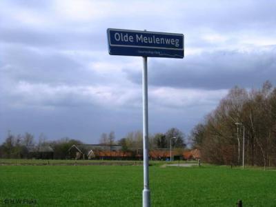 Ook aan de straatnaambordjes in de buurtschap kun je, als je goed kijkt, zien dat je je in Oele bevindt, door het onderschrift 'buurtschap Oele'