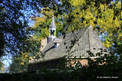 Kerkje uit 1810 aan de voet van de dijk in Oijen