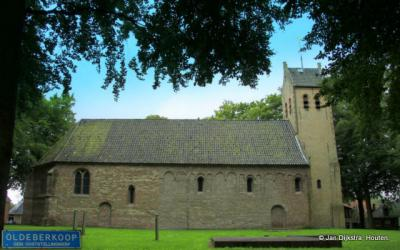 De Bonifatiuskerk in Oldeberkoop, historisch middelpunt van het dorp