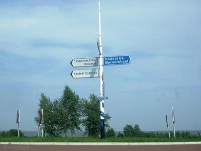 Onderdijk staat op richtingborden in de buurt wél goed aangegeven: in wit op blauw (als zijnde een aparte kern) in plaats van zwart op wit (wat voor o.a. wijken en bedrijventerreinen wordt gebruikt)