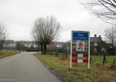 Ooij, volgens de plaatsnaamborden heette dit dorp tot voor kort Ooy, terwijl de officiële spelling al jaren Ooij luidt (o.a. getuige het postcodeboek uit 2000)
