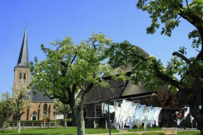 Stolphoeve en de Hervormde kerk op wasdag in Oosterblokker.
