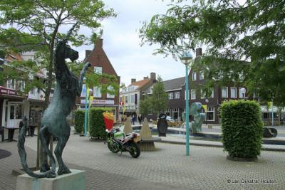 In het nieuwe centrum van Oostburg op de Markt, met hét symbool van deze stad: de eenhoorn, die hier in vijfvoud op het plein staat opgesteld
