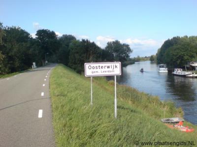 Oosterwijk, met links de Lingedijk en rechts de Linge. Oosterwijk is een van de weinige dorpen in ons land zonder formele bebouwde kom en dus met witte plaatsnaamborden (60 km-zone).
