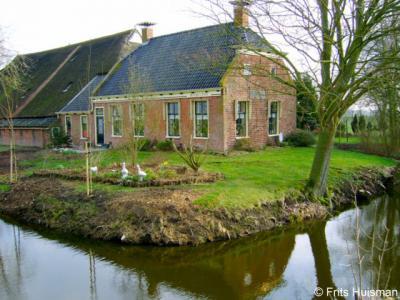 Oostum, boerderij Reinghesstede lijkt gezien de gevelsteen uit 1561 te dateren, maar dateert in werkelijkheid uit 1805 (dus ga nooit alleen op een gevelsteen af...)