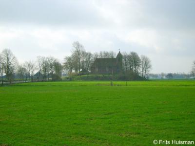 Oostum, van een afstandje is nog beter te zien dat het kerkje van Oostum op een wierde ligt.