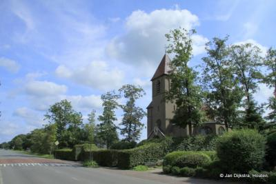 De kerk langs de straatweg in Opeinde.