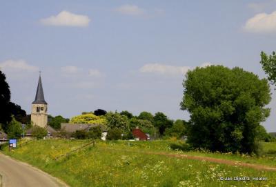 Het prachtig aan de Waal gelegen dorp Ophemert in het voorjaar