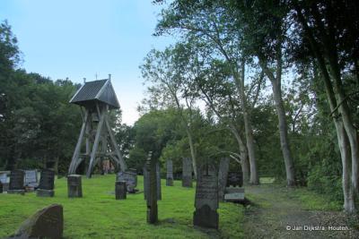 Op het kerkhof van Brongergea met de klokkenstoel.