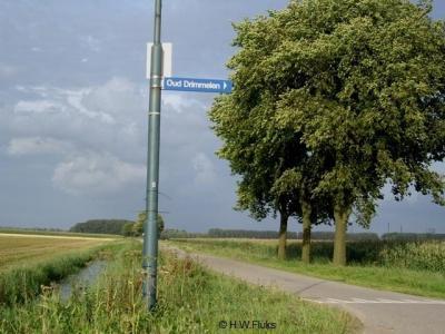 In de buurt van Oud Drimmelen staat wel een richtingwijzer naar de buurtschap, maar ter plekke staan geen plaatsnaamborden zodat u niet weet wanneer u er gearriveerd bent. Beetje jammer...