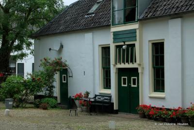 De bloemetjes buiten gezet in Oud-Wulven.