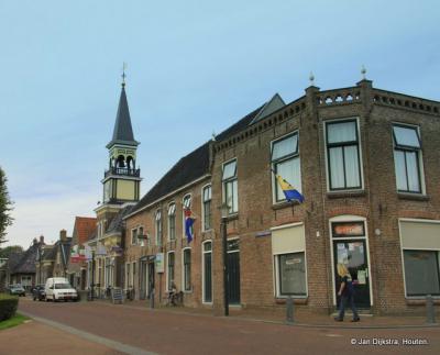 Oudebildtzijl, hoek Ds. Schuilingstraat/Van Albadaweg, met links de rijksmonumentale voormalige Julianakerk, die is herbestemd tot bezoekerscentrum de Aerden Plaats.