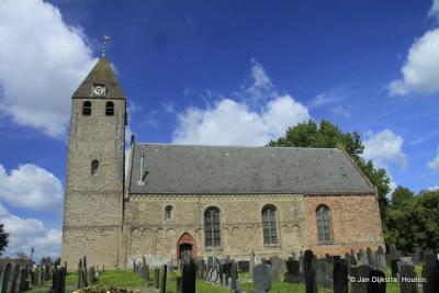 Hier kun je goed zien dat de kerk van Oudega eigenlijk los staat van de toren